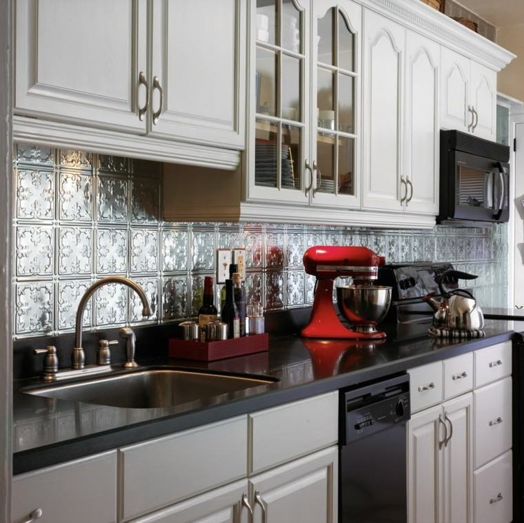 cocina pared losas metalicas armarios blancos ideas