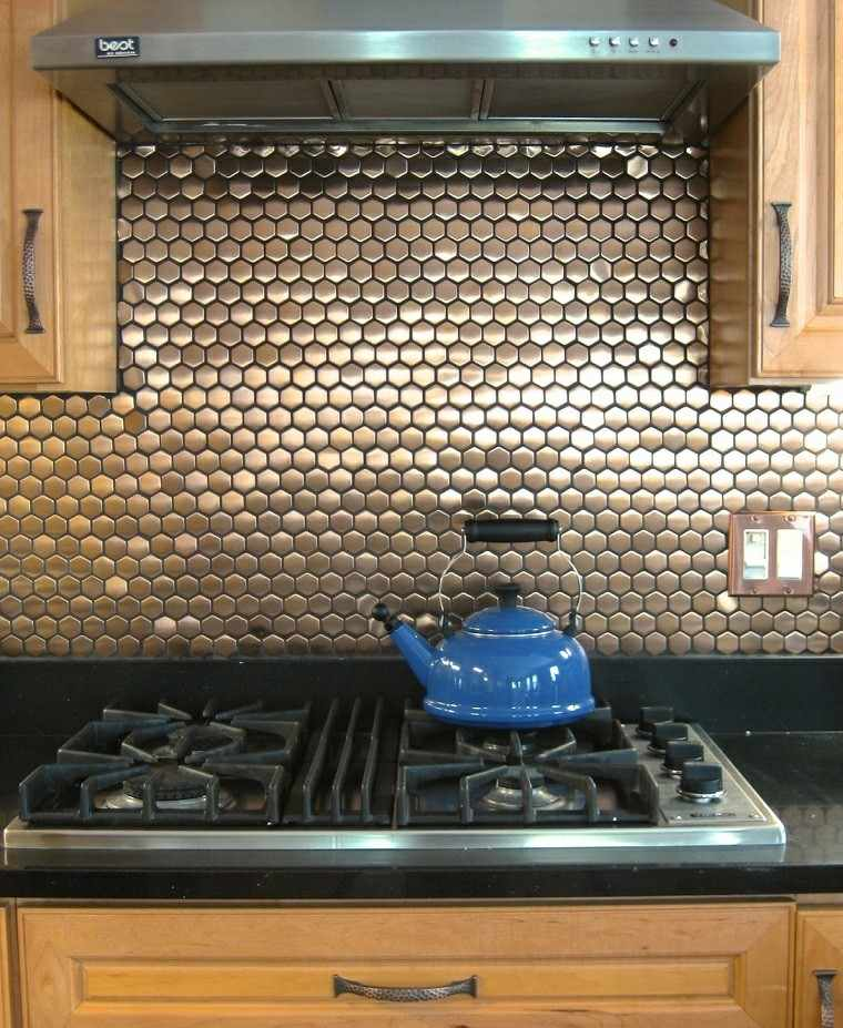 cocina pared mosaico metalico armarios madera ideas
