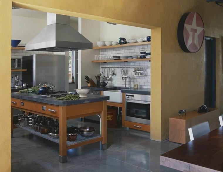 cocinas con isla estanteria madera carteles rojo