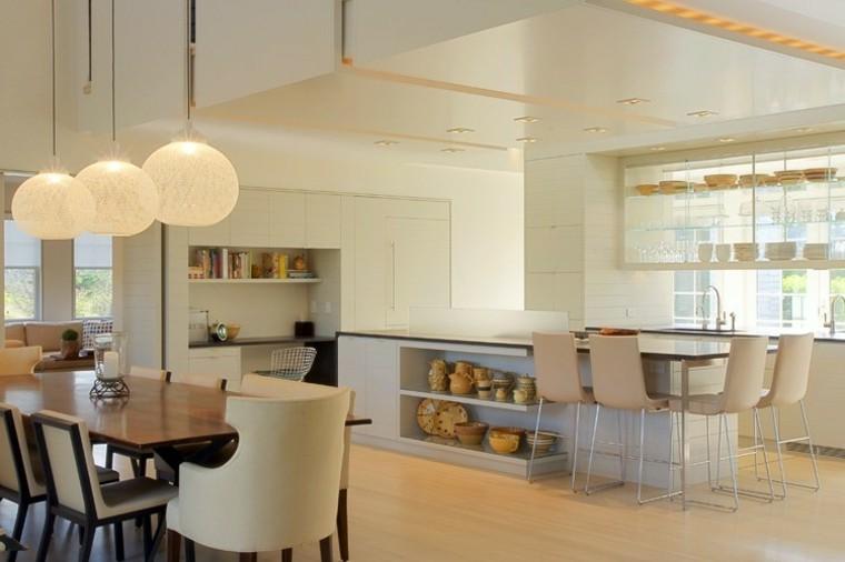 cocinas con isla estanteria madera esferas bombillos