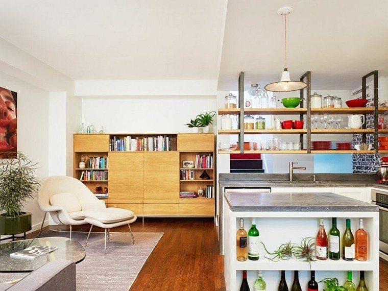 Cocinas con isla estanteria abierta, estilo fresco y funcional.