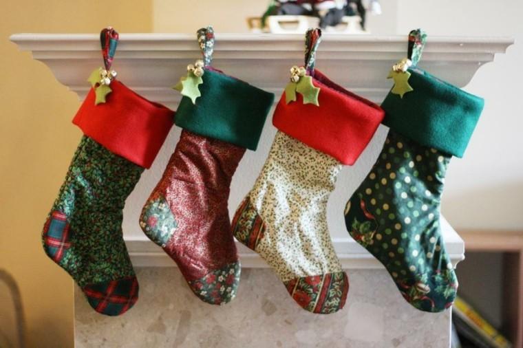 columna decorada medias navideñas colores
