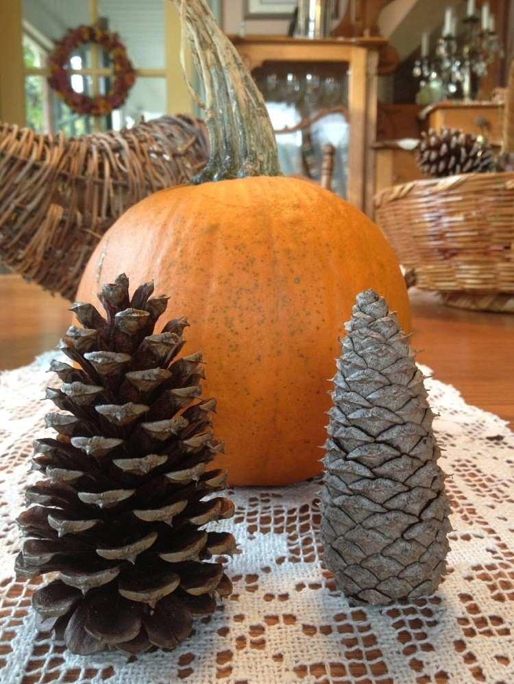cono decorado otoñal madera mesa calabaza