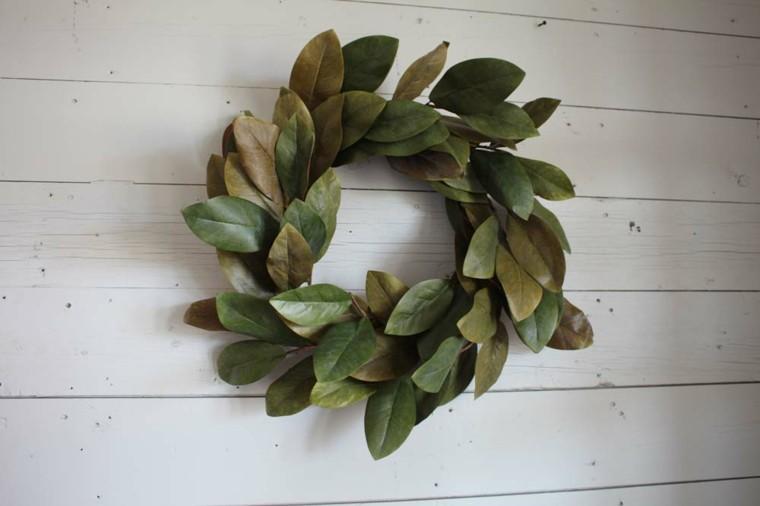 corona Adviento magnolias pared blanca