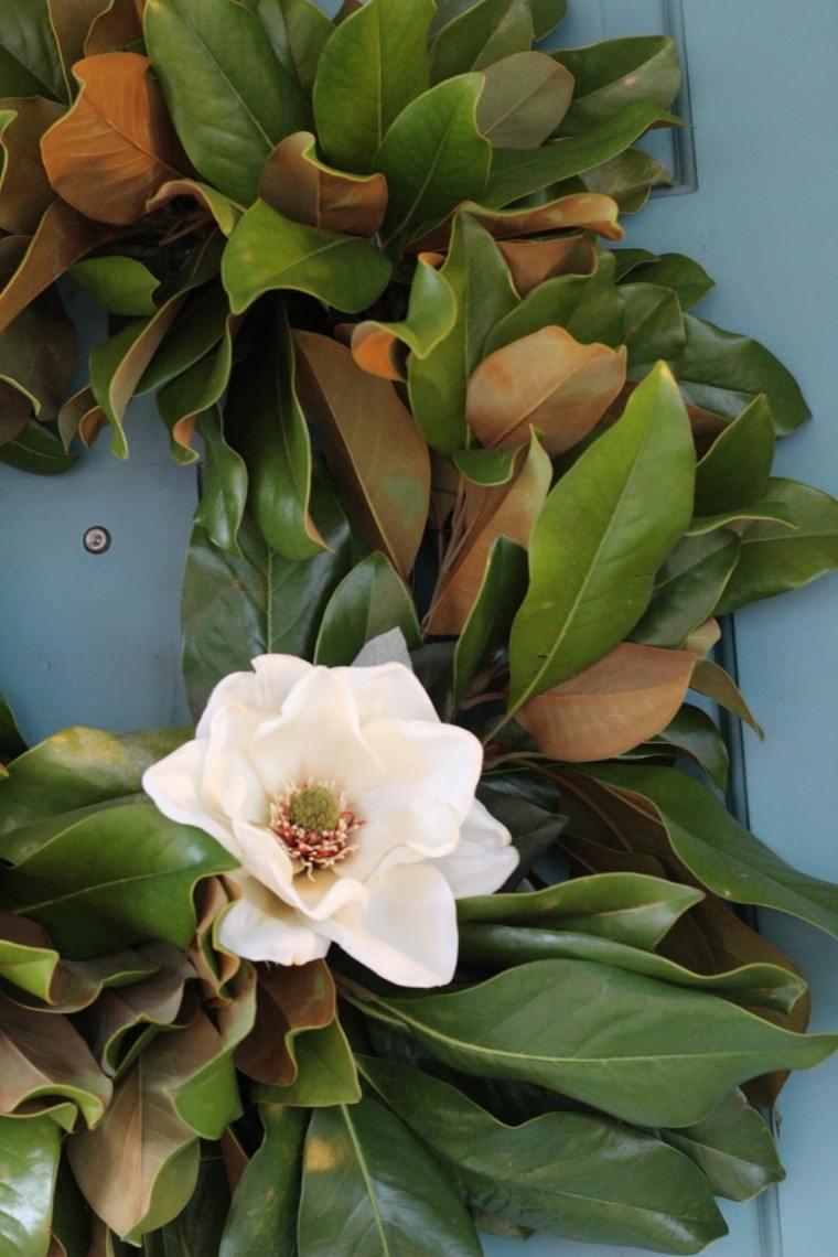 corona Adviento hojas flor blanca