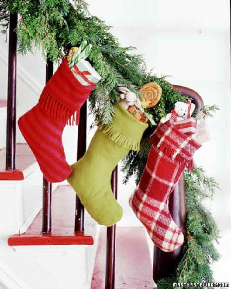 decorar escaleras medias navidad