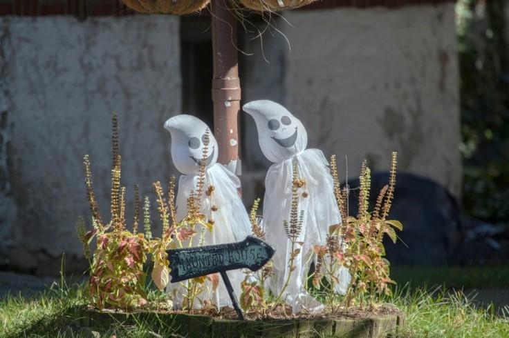 decoración halloween fantasmas jardin