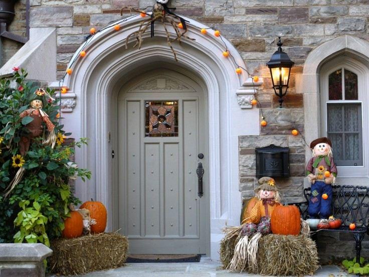 decoración puerta entrada muñecos espantapájaros