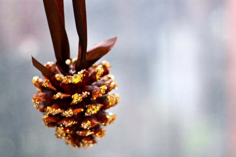 decoracion navidad brillante oro pina colgando ideas