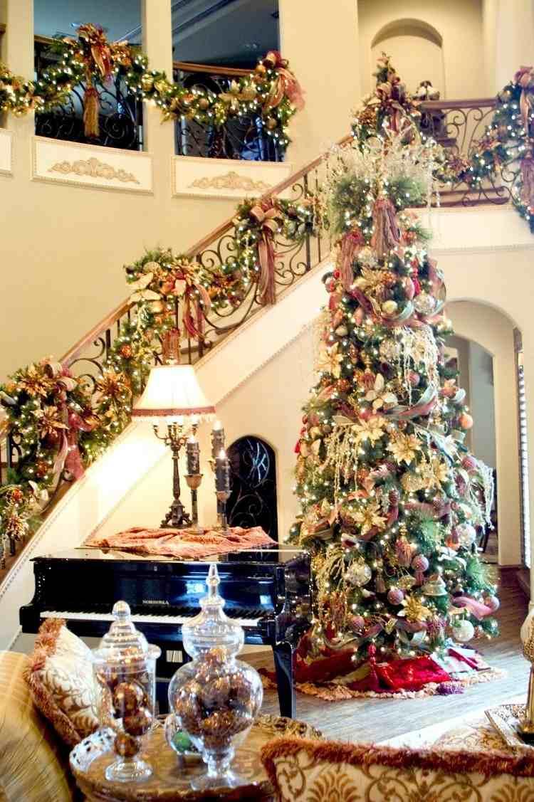 decoracion navidena salon arbol grande escaleras guirnalda ideas
