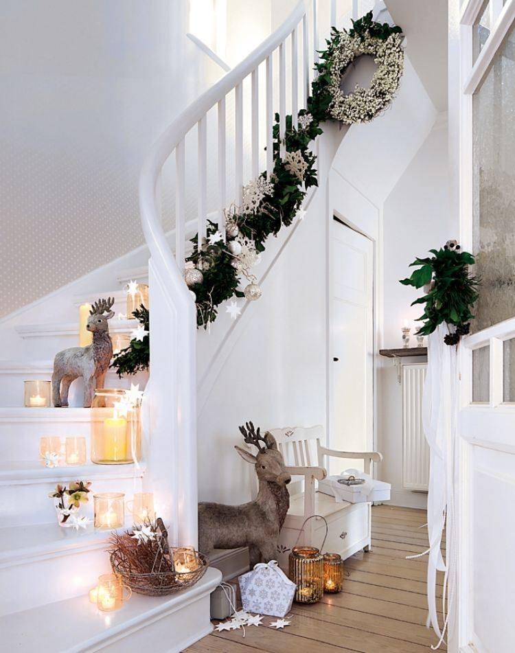 decoracion navidena salon guirnalda escaleras renos ideas