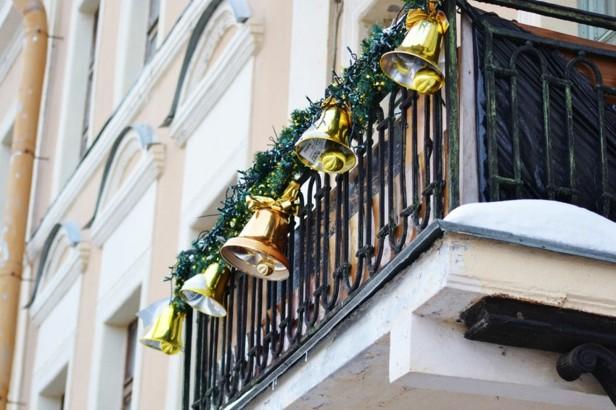 decorar terrazas campanas navidad doradas