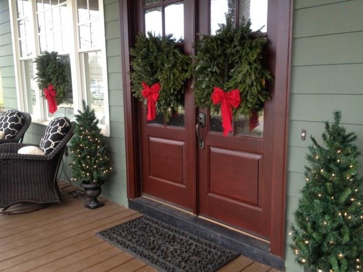 puerta dos coronas lazos rojos
