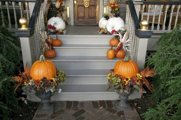 entrada casa decorada calabazas blancas naranja ideas