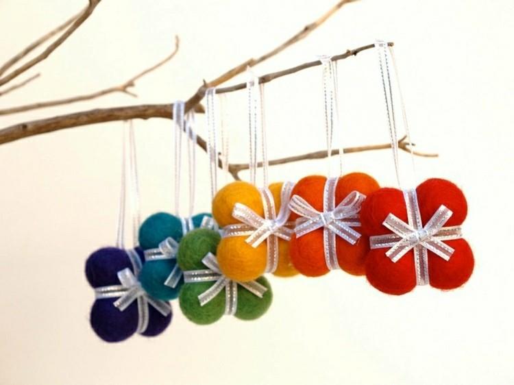 esferas coloridas diseñadas ramas secas