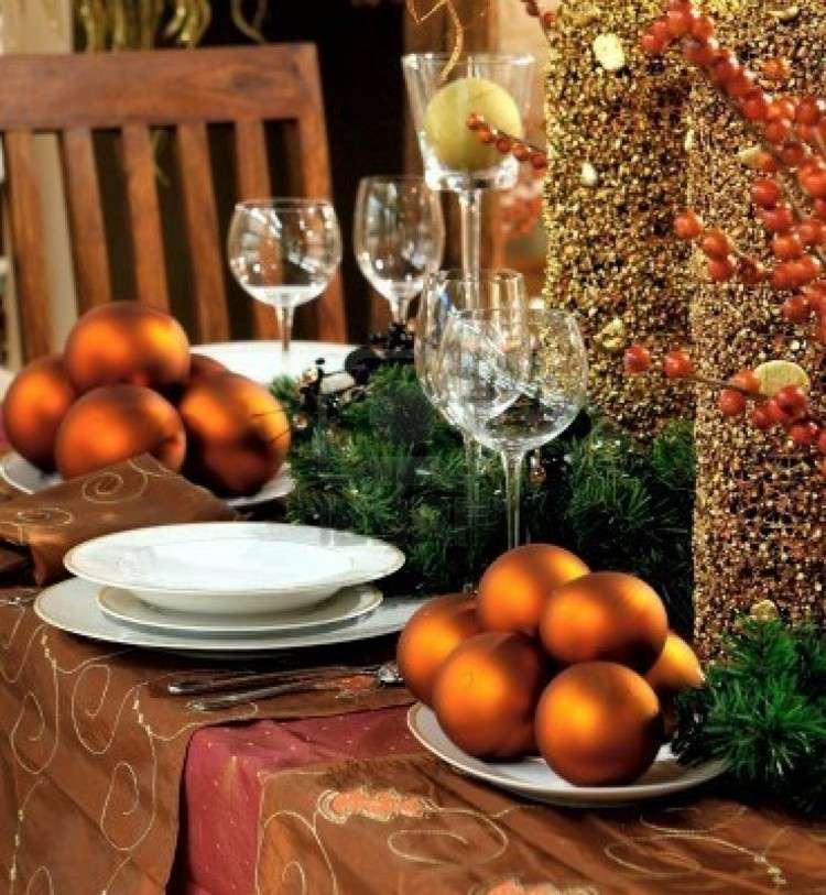 esferas sillas marrones manteles semillas