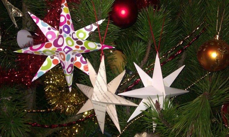 estrellas de navidad decorando casa papel periodico ideas
