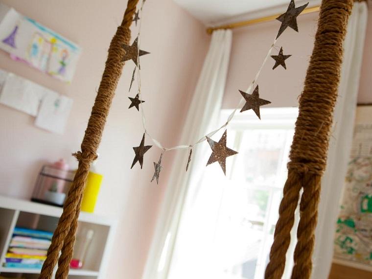 estrellas de navidad decorando guirnalda cama ideas