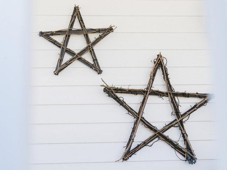 estrellas de navidad decorando pared casa madera ideas