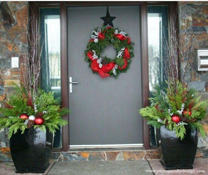Porche de entrada decorado para la navidad 50 ideas for Arreglos navidenos para puertas 2016