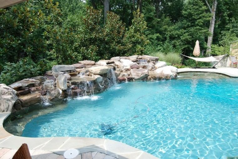 fuente cascada jardin con piscina