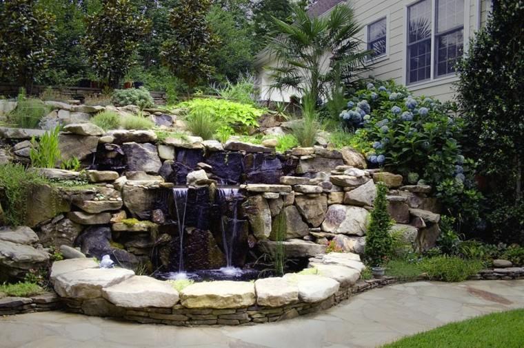 fuente estanque jardín color purpura