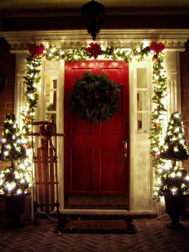 guirnaldas de luces decora puerta roja entrada casa ideas