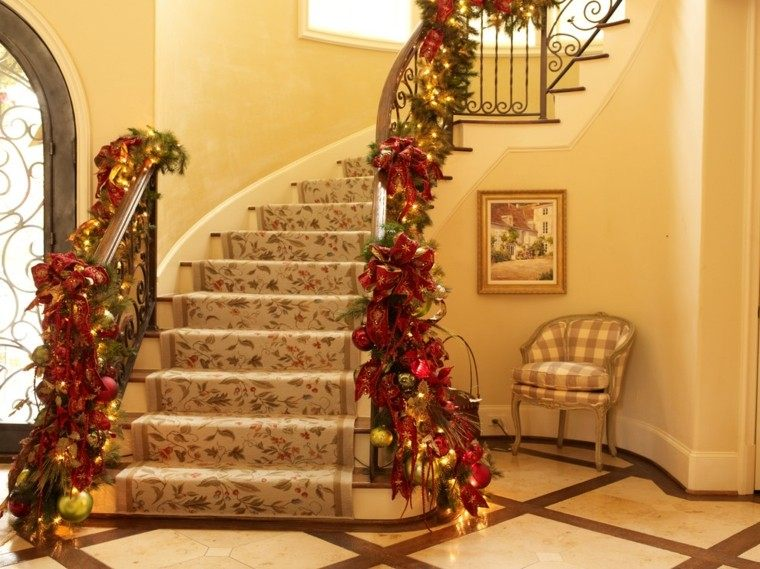 guirnaldas navidad flores rojas escaleras