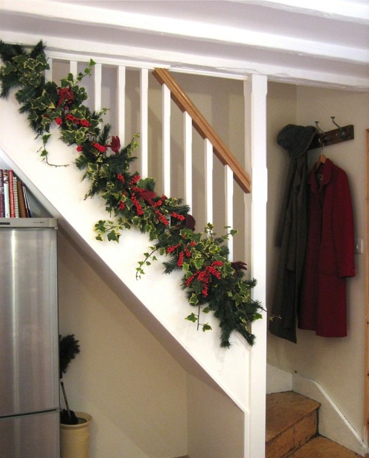 Ideas para decorar escaleras 75 propuestas para navidad for Stair railing decorated for christmas