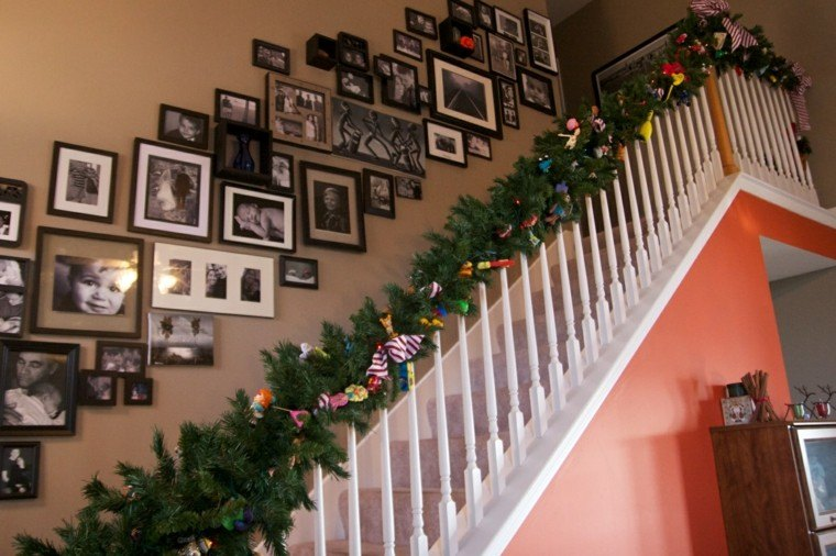 ideas para decorar escaleras navidad cuadros color