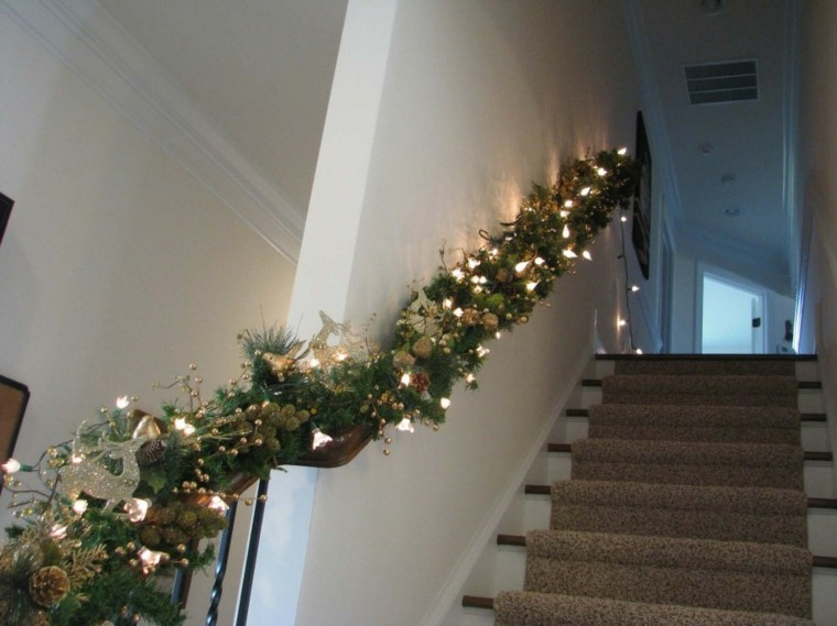 Ideas para decorar escaleras 75 propuestas para navidad - Decorar escaleras interiores ...