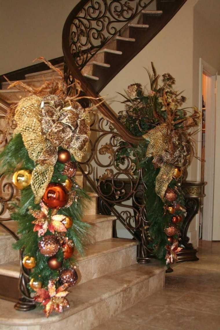 ideas para decorar escaleras navidad dorados verde