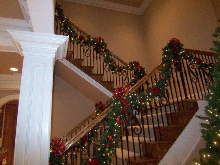 ideas para decorar escaleras navidad amarillo