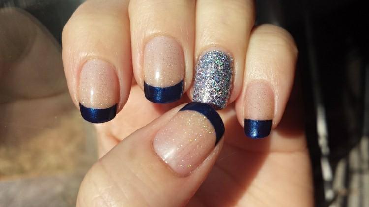 manicura francesa color  azul oscuro