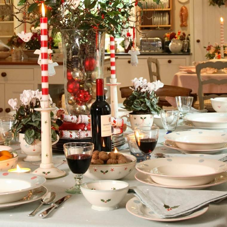mesa velas rayas rojas platos