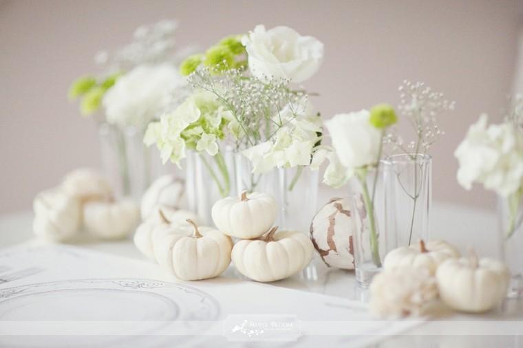 mesa blanca flores verdes rosas