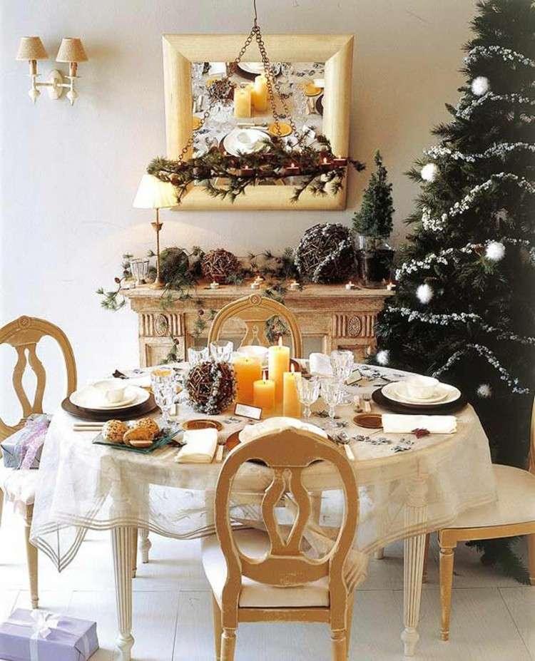 mesa madera servilletas lamparas cuadro