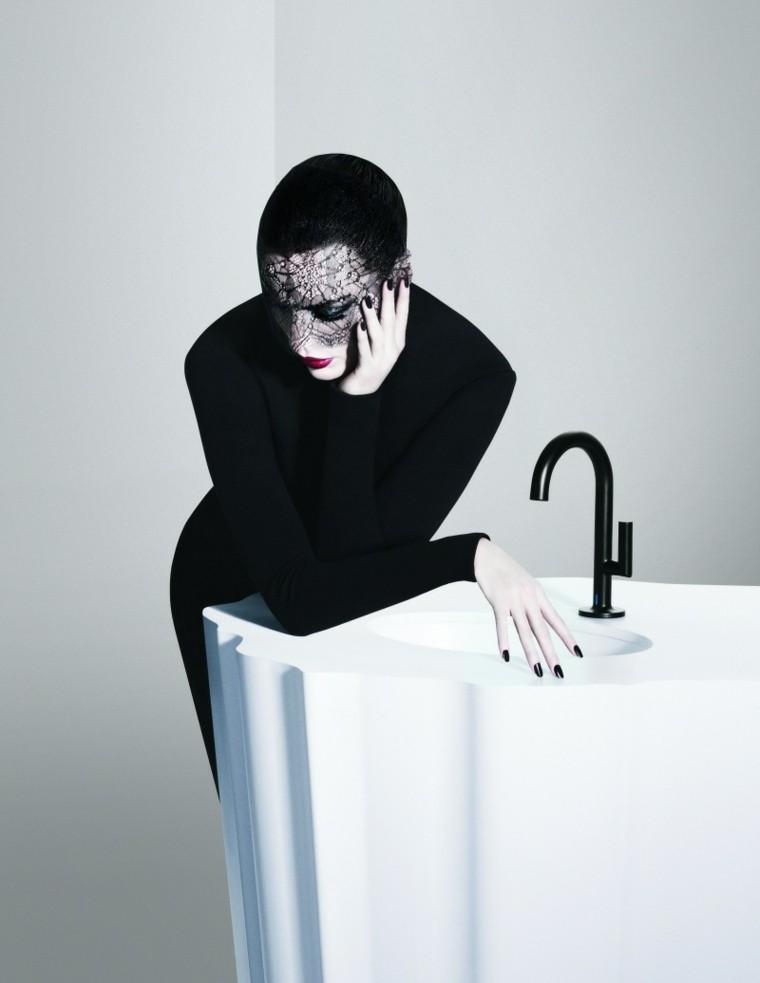 mujer-moderna grifo negro lavabo