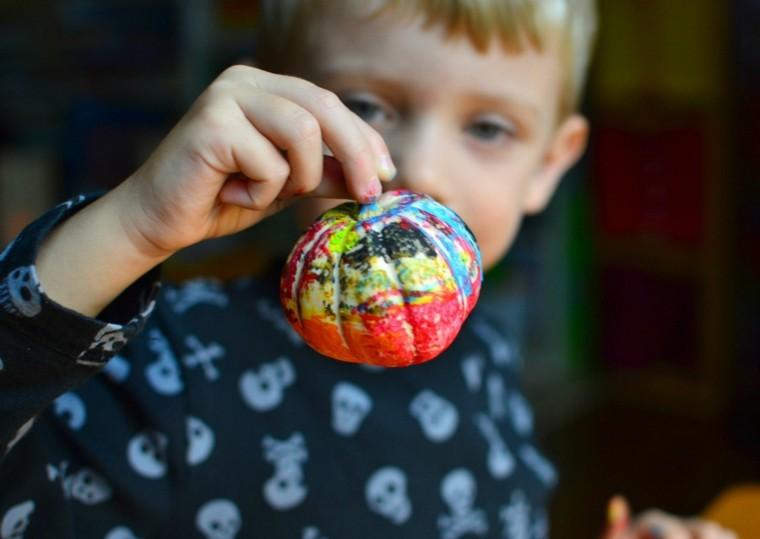 niño rubio calabaza pintada colores