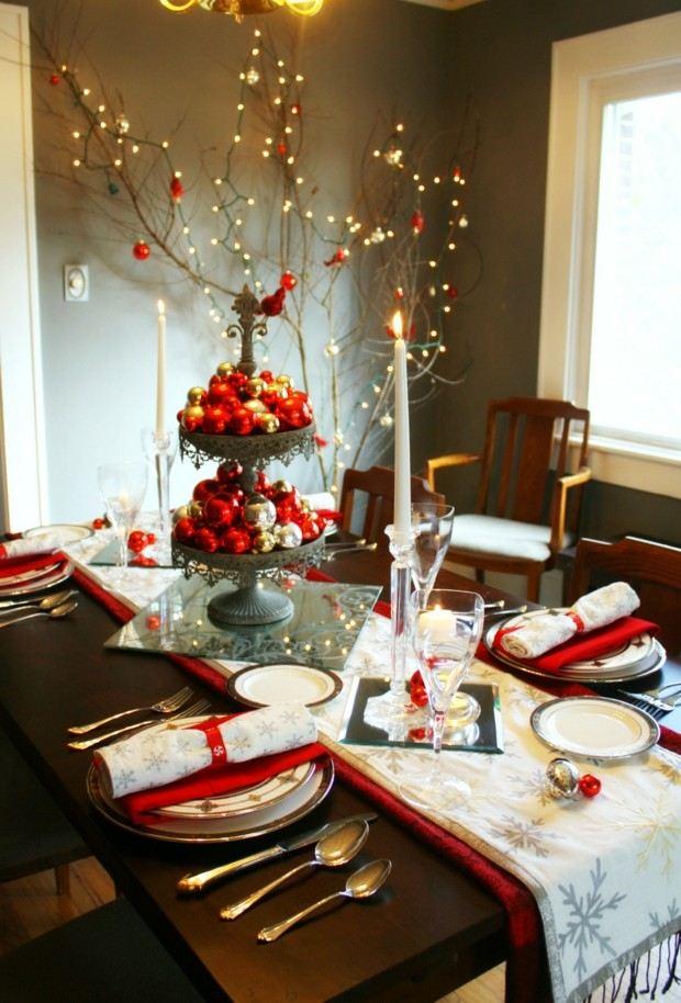 pared gris adornos mesa rojos
