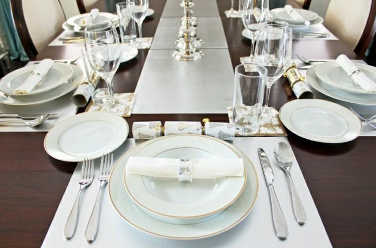 platos blancos estilo elegante mesa