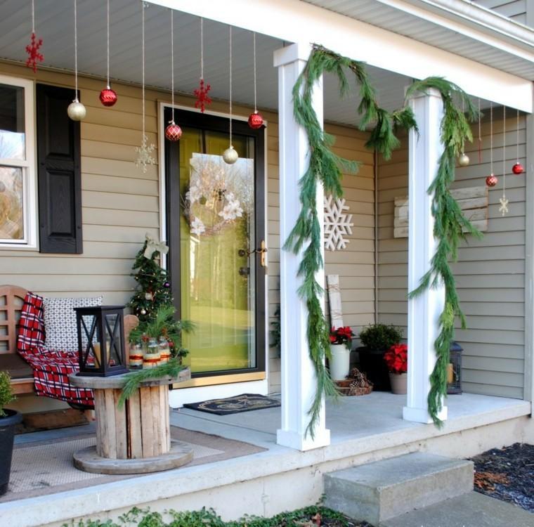 porche puerta de entrada decoracion navidena bolas colores ideas