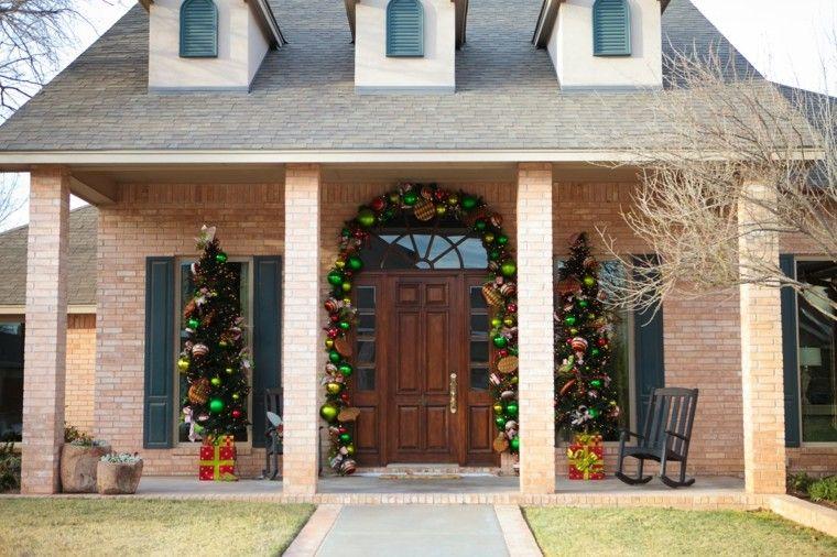 porche puerta de entrada ideas decoracion navidena bolas colores llamativos ideas