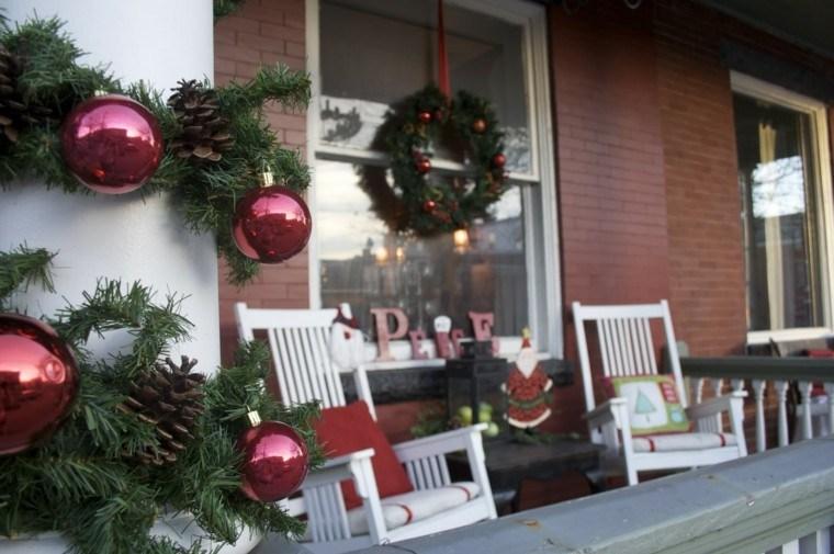 porche puerta de entrada ideas decoracion navidena bolas rojas ideas