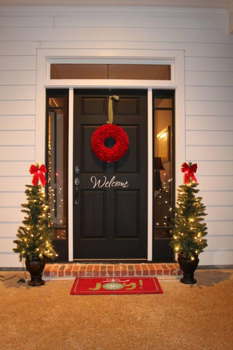 porche puerta de entrada ideas decoracion navidena guirnalda roja arboles original