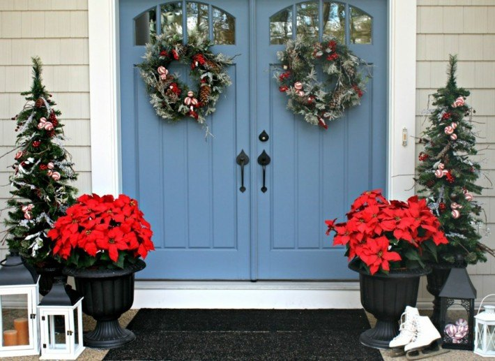 puerta color azul flores pascua