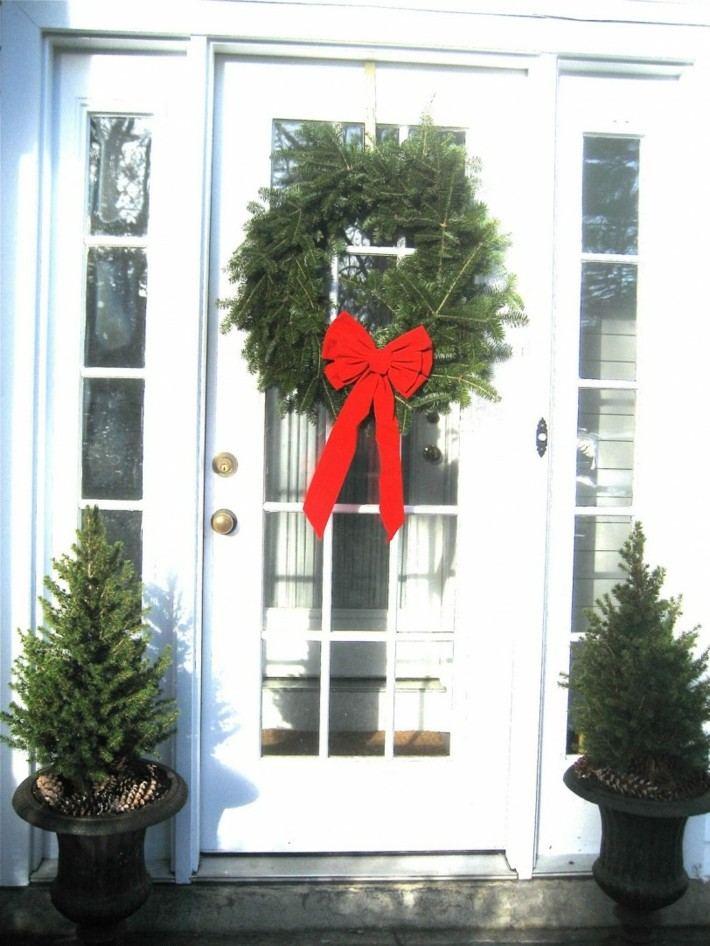 puerta decorada corona lazo rojo