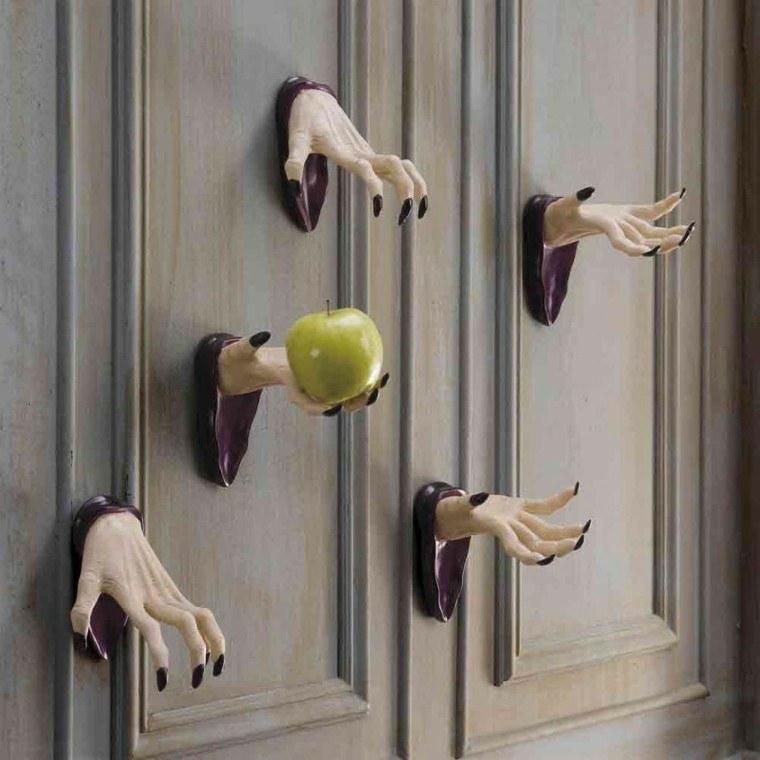 manos decorativas falsas puerta