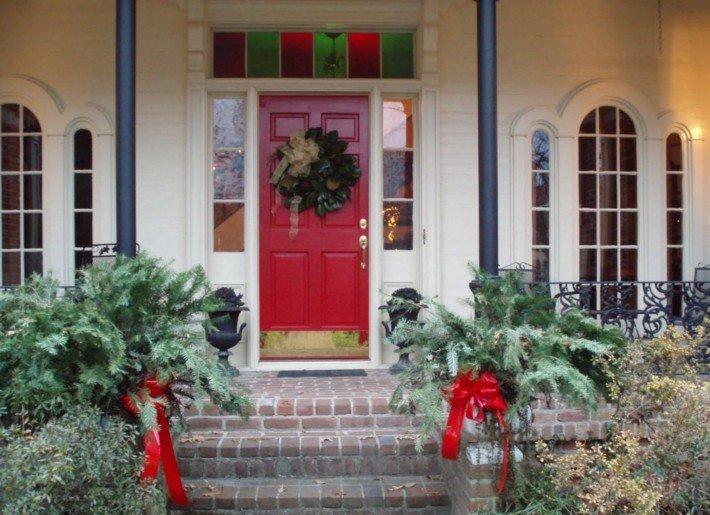 puerta entrada roja adornos navidad