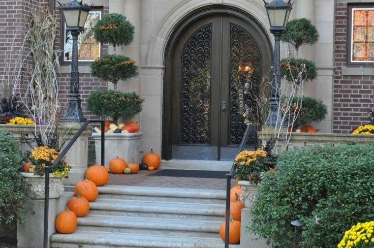 puerta entrada escaleras calabazas flores